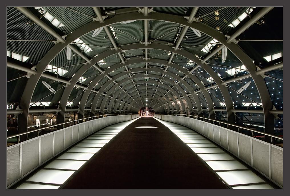 Glastunnel in der Nacht