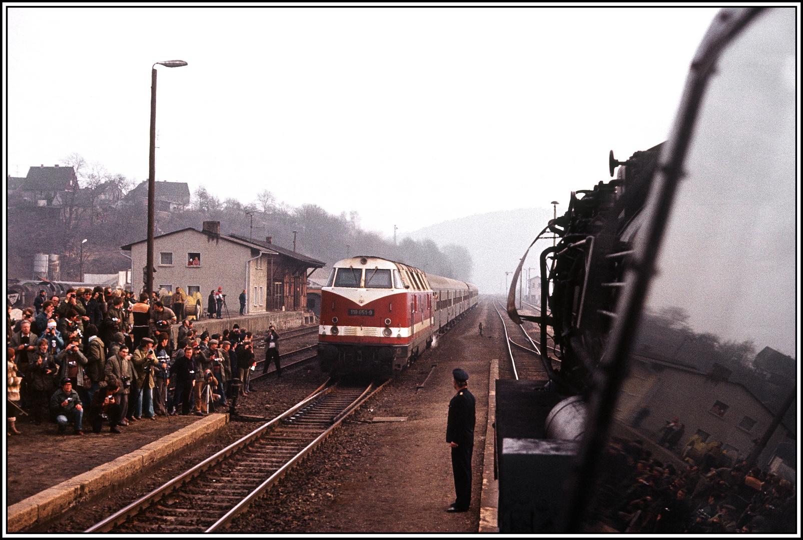"""Gleis 1, Durchfahrt für """"die Katze"""" den D 900 ….."""