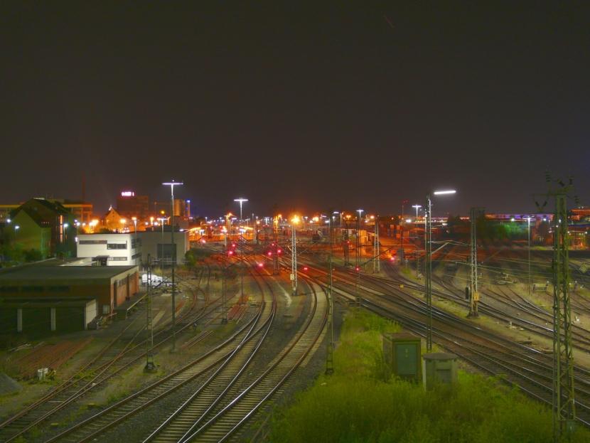 Gleise bei Nacht