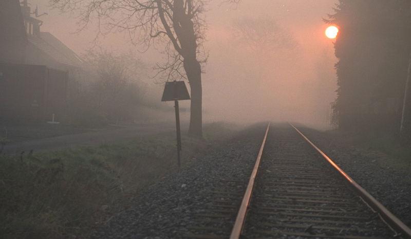Gleise im Nebel