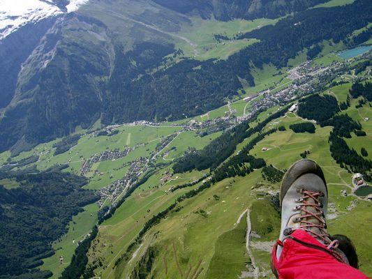 Gleitschirme über Engelberg