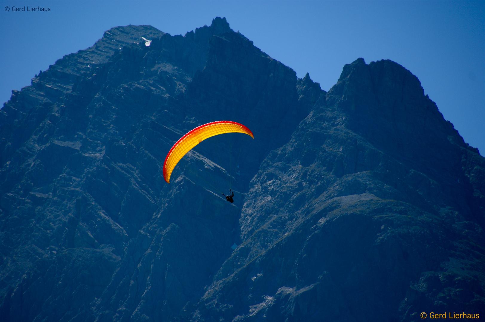 Gleitschirmflieger am Berg