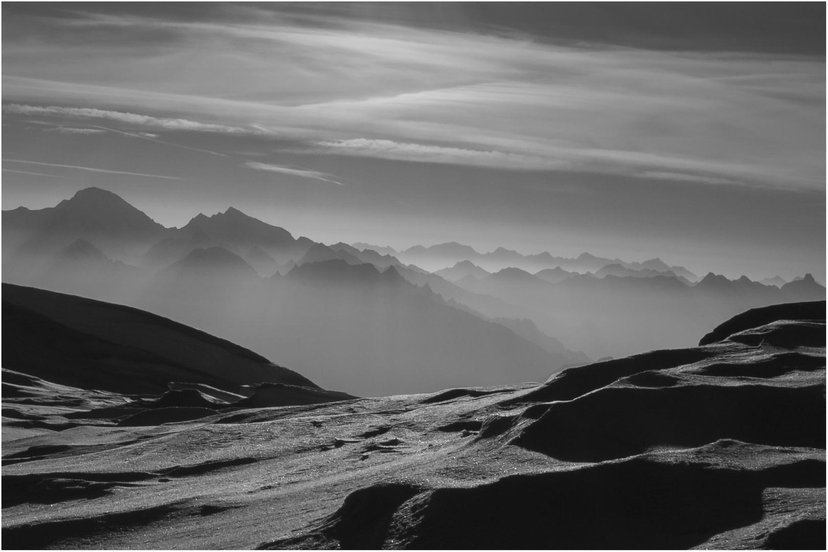 Gletscher mit Bergen im Morgendunst