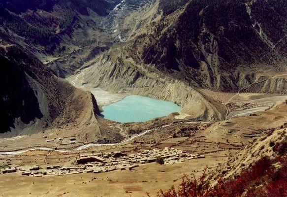 Gletschersee in wüstenähnlicher Umgebung / Nepal