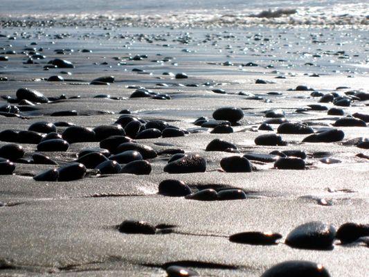 Glitzernde Steine am Strand