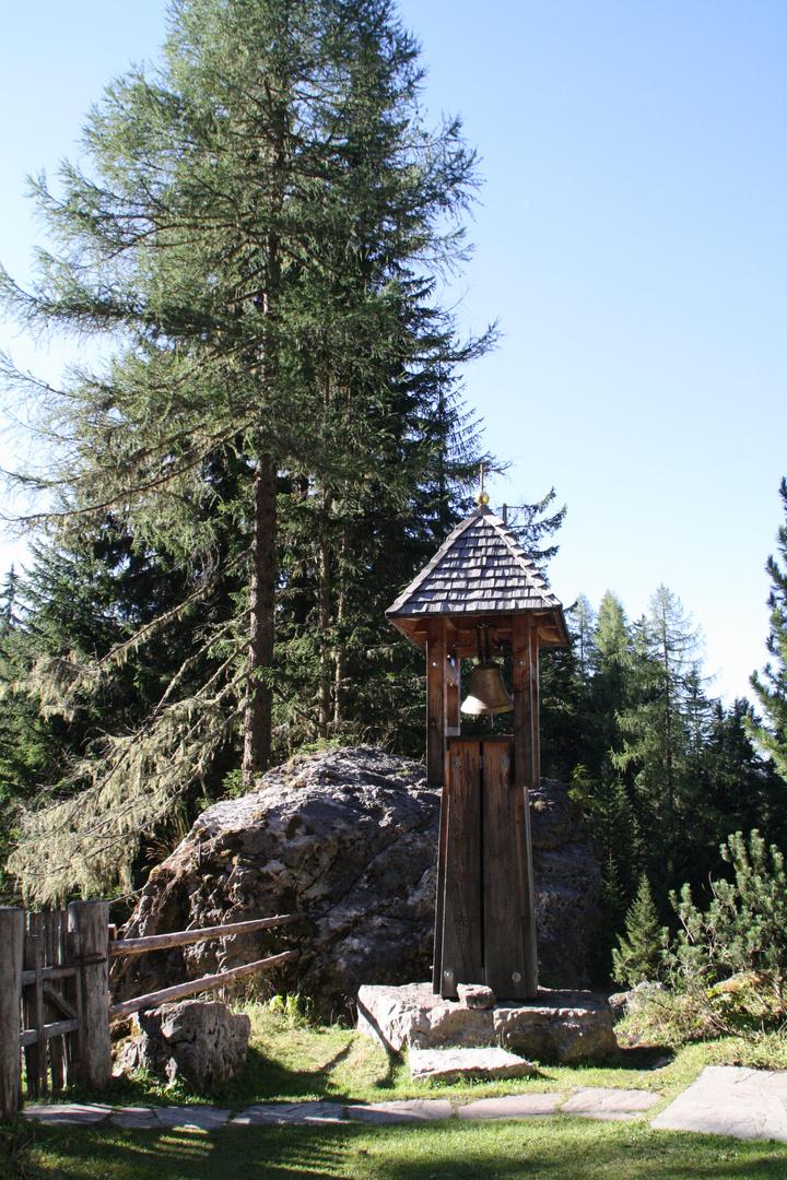 Glockentürmchen im Wald