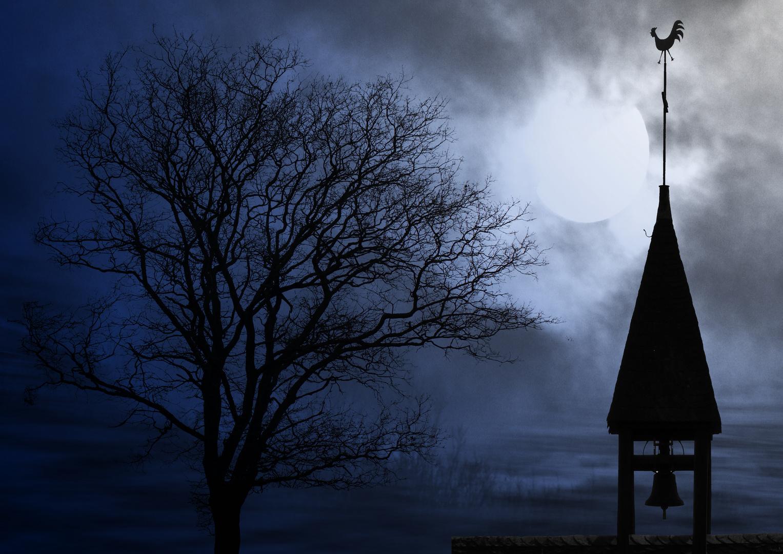 Glockenturm mit Mond