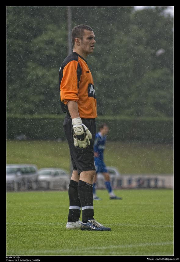 Goal sous la pluie