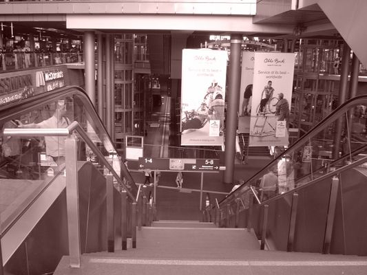 Going downstairs in Berlin's main station (Berlin-Sepia-Projekt - Pic. 024)