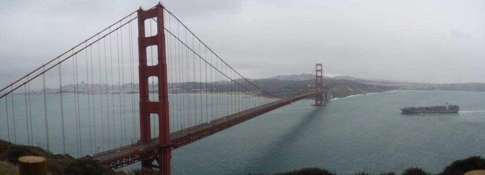 Golden Gate Bridge mit Cosco Container Schiff