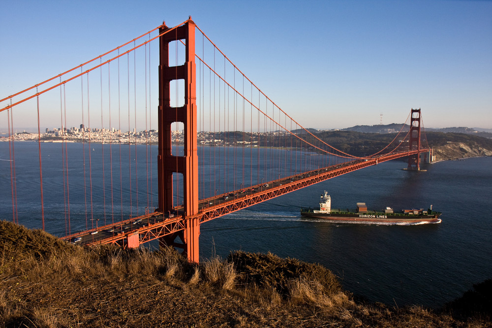 Golden Gate Bridge mit Frachtschiff