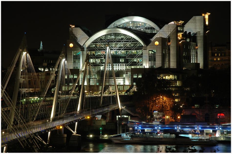 Golden Jubilee Bridge und Charing Cross (Embankment Plaza)