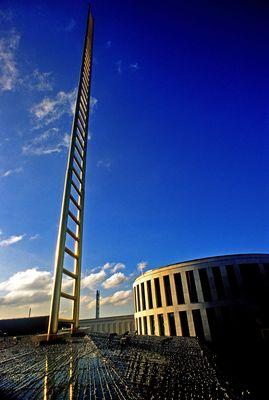 Goldene Leiter auf dem Forum Duisburg