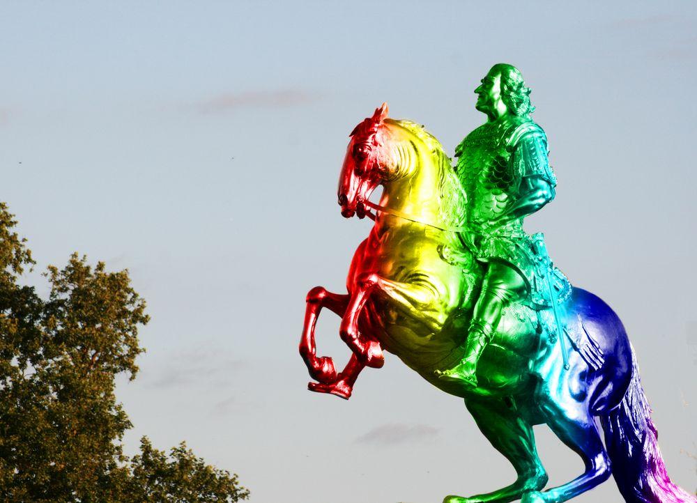 Goldener Reiter zeigt Flagge von Max Löffler