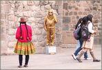 goldener Zwerg und Bauersfrau in the street ... in Peru