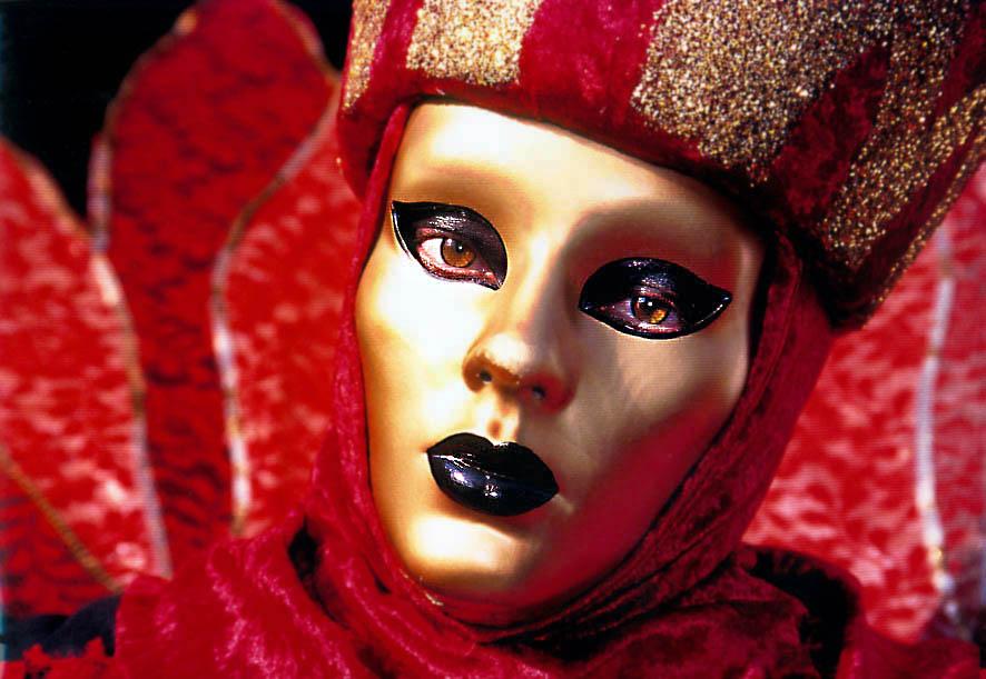 Goldmaske in Rot