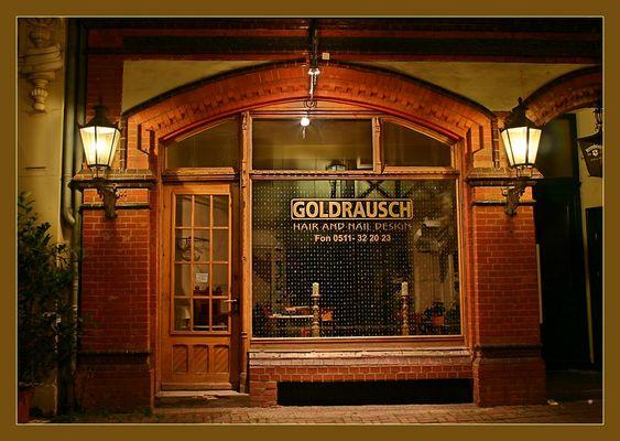 Goldrausch bei Nacht - Schaufenster aus der Altstadt Hannovers