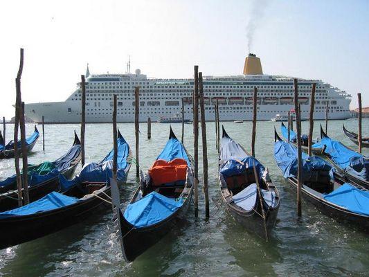 Gondeln vor Kreuzfahrtschiff