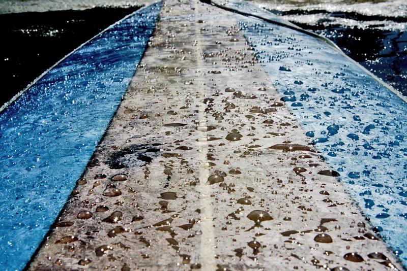 gotas de agua sobre tabla de surf