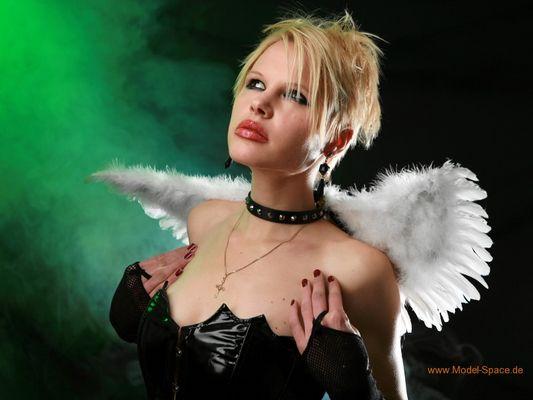 Gothic - Blonder Engel mit weissen Engelsflügeln