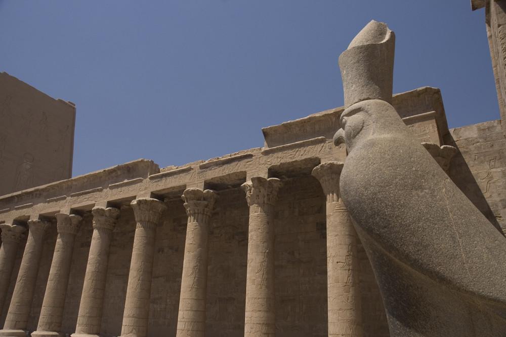 Gott Horus in Horustempel von Edfu