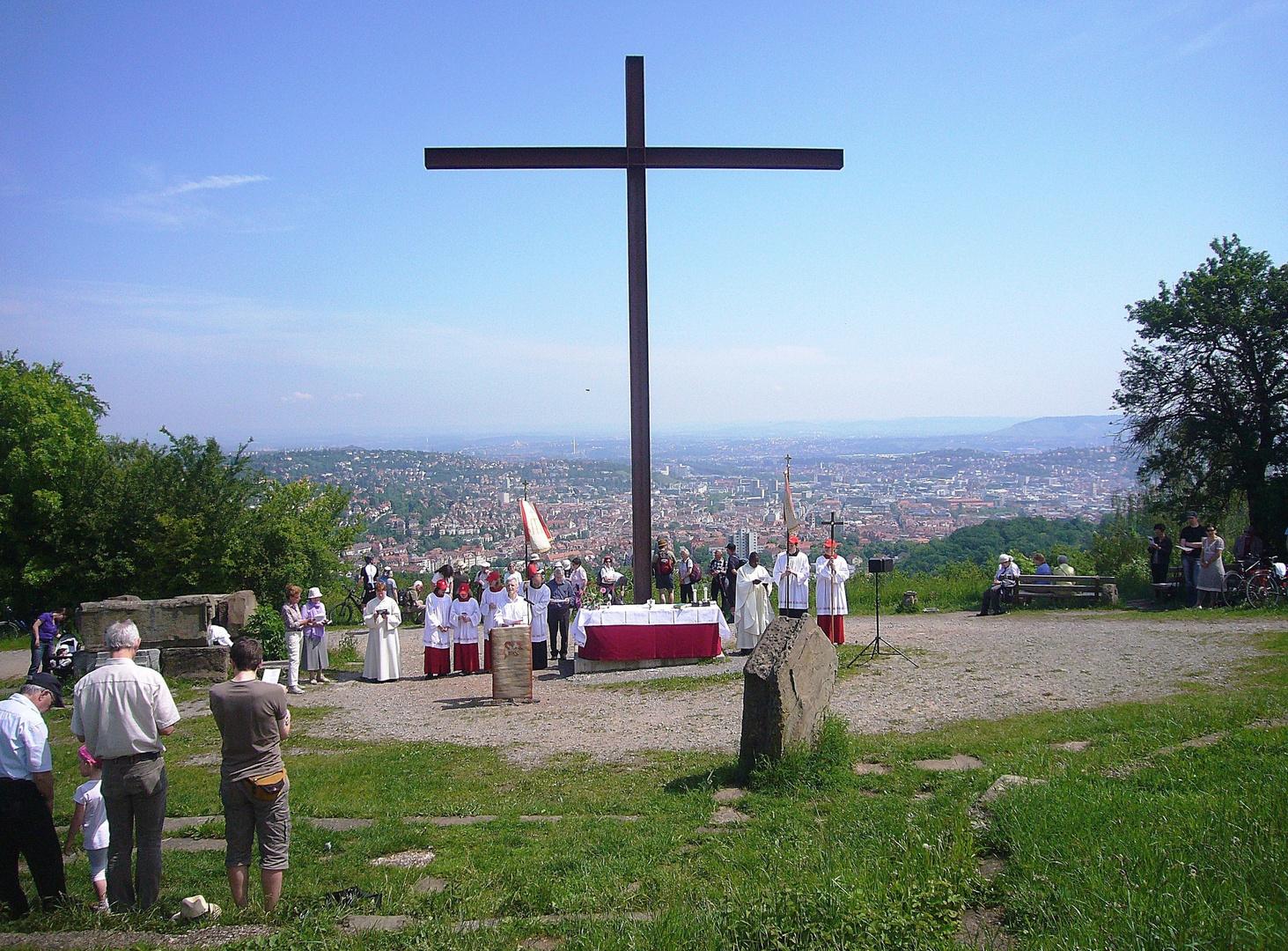 """Gottesdienst auf dem Birkenkopf mit Blick auf Stuttgart = im Volksmund """"Monte Scherbolino"""" genannt"""