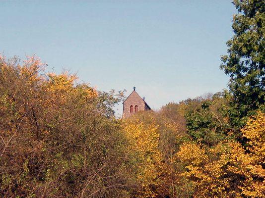 Gotteshaus und Herbst