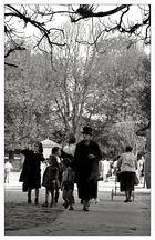Gouvernante. Nun auch schon tot. Im Jardin du Luxembourg 1962.
