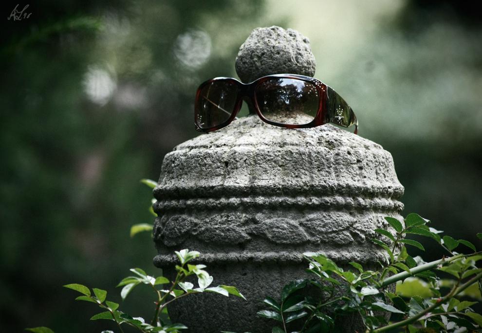 Grab eines anonymen Brillenträgers