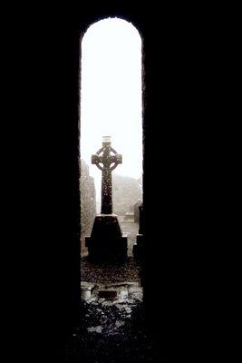 Grab im Kirchenschiff