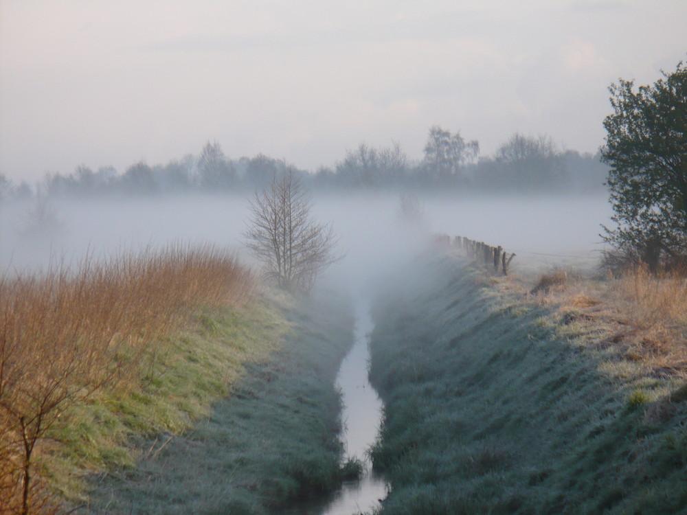 Graben im Nebel