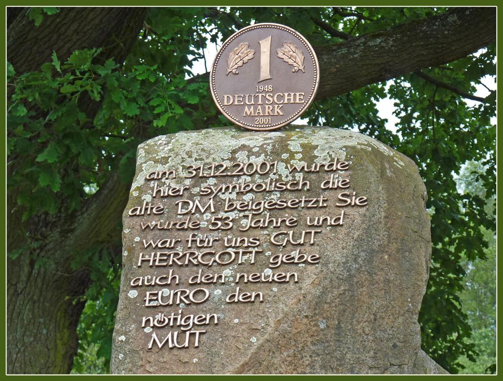Grabstein der D-Mark im Mühlenmuseum Gifhorn