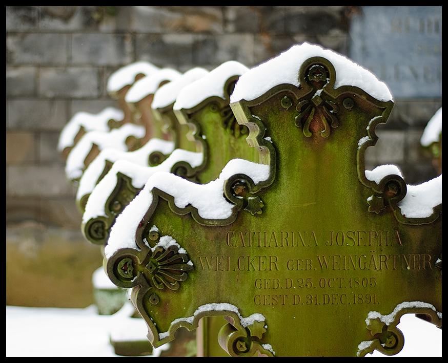 Grabsteine in Grün-Weiß