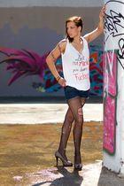 Grafitti und lange Beine