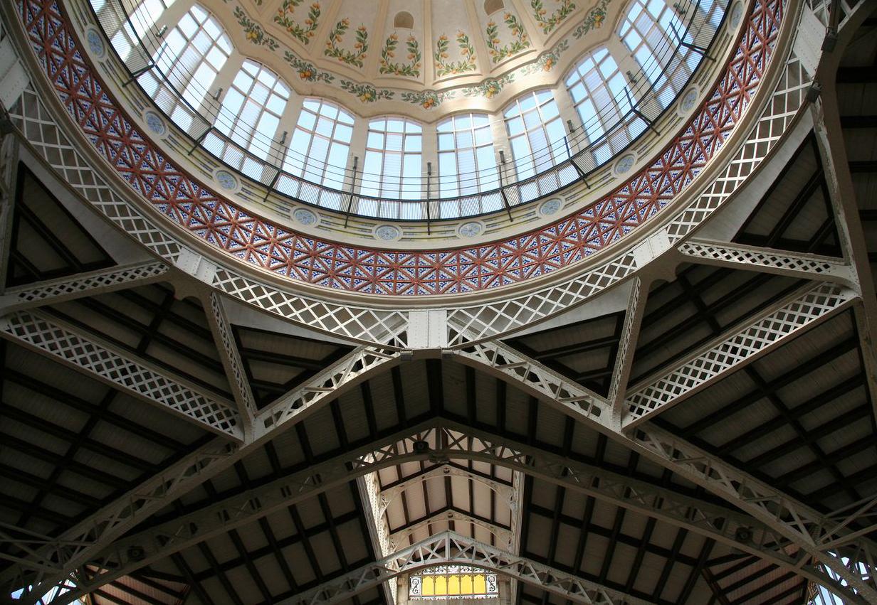 Gran cúpula modernista del mercado central de Valencia.