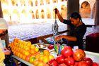 Granatapfelsaftpresserin in den alten Kreuzrittermauern von Akko