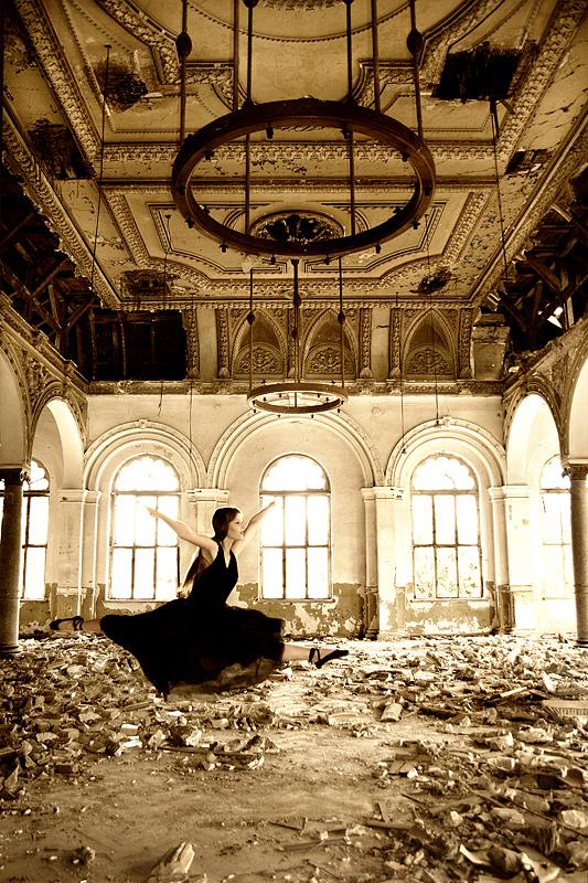 Grand jeté [In der Ruinen lichtem Glanz III]