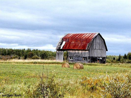 Grange abandonnée dans un village du Québec