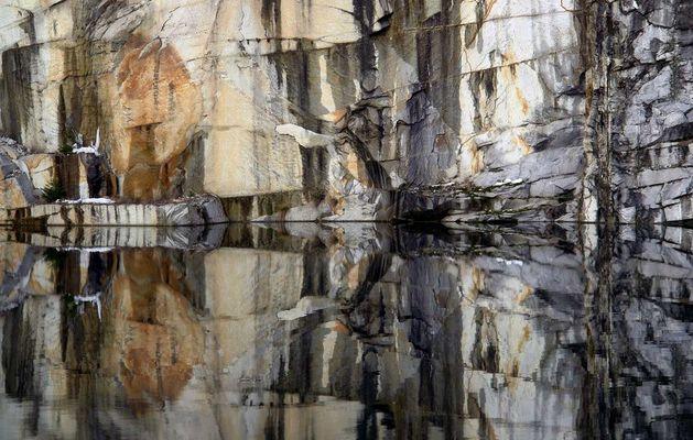 Granitwand im Spiegel