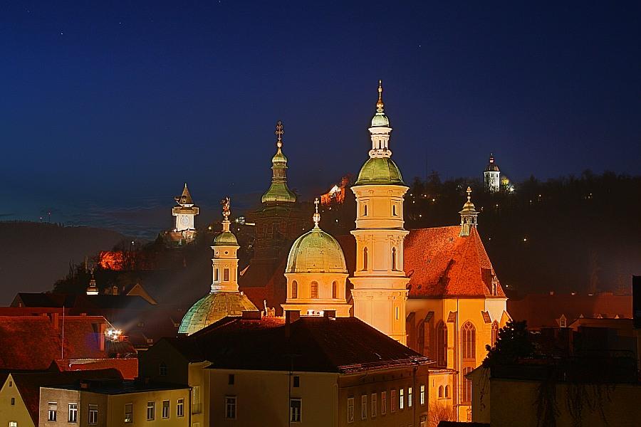 """Grazer Dom, im Hintergrund der Uhrturm und die """"Liesl"""""""
