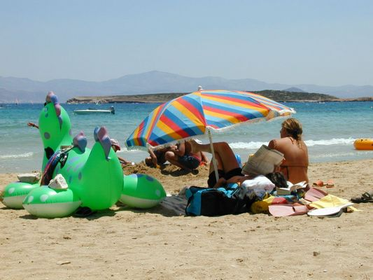 griechische Familie am Strand