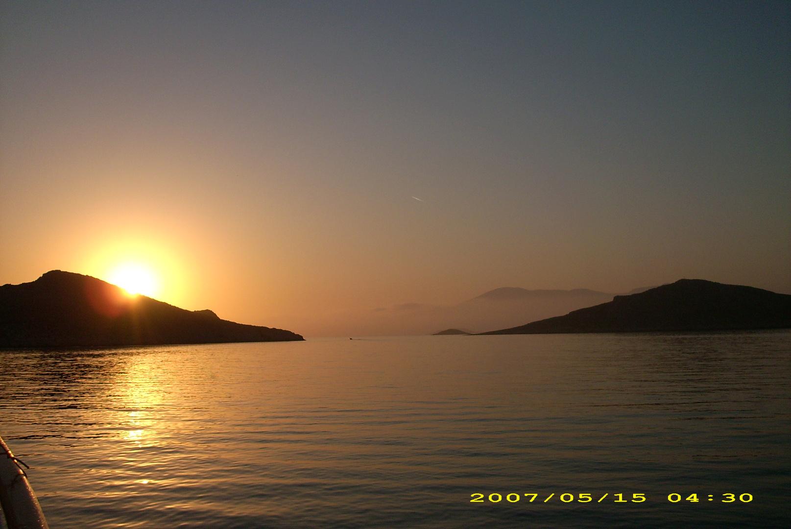 griechischer Sonnenaufgang auf einem Motorsegler