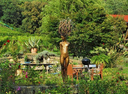 Grillplatz mit Bronzeskulptur