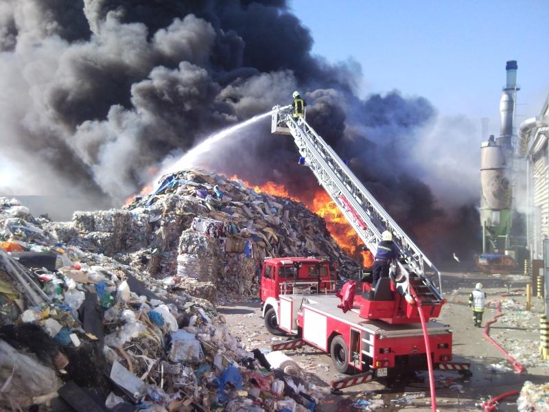 Großbrand in Müllsortierungsanlage