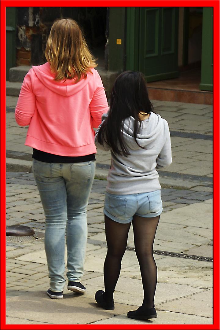 Große Blonde und kleine Schwarze