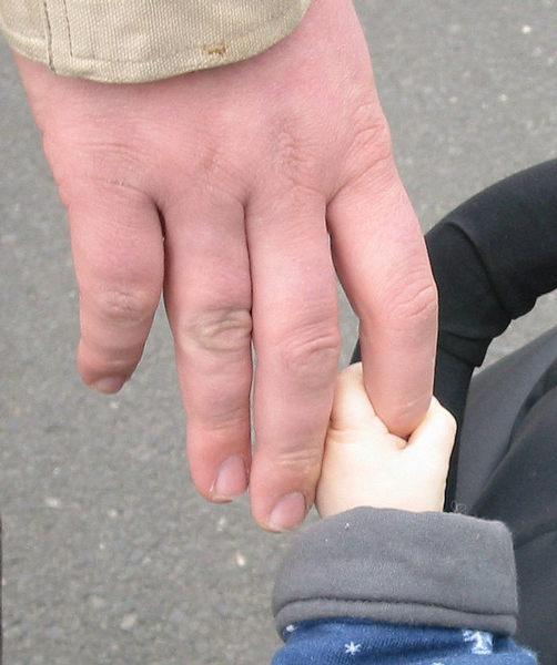 Große Hand und kleine Hand