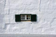 Große Wand mit kleinem Fenster