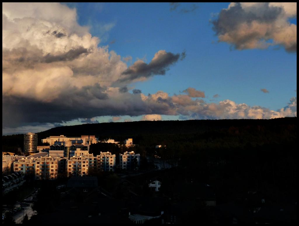 Große Wolken über der Uni.