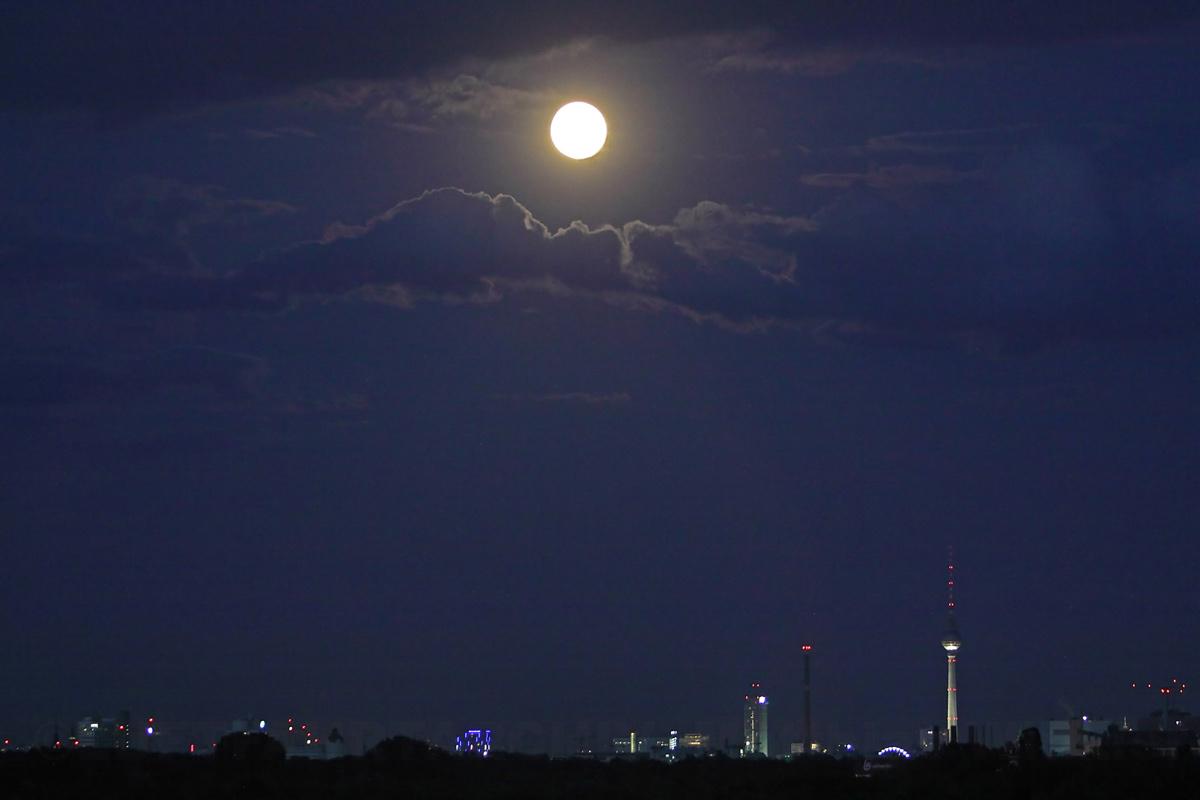 Grosser Vollmond über Berlin-City am 11.August 2014