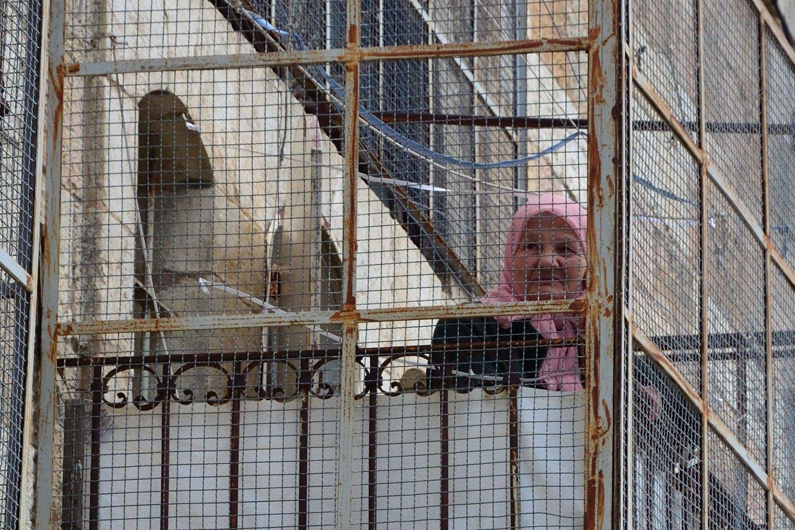 Großmutter hinter Gittern